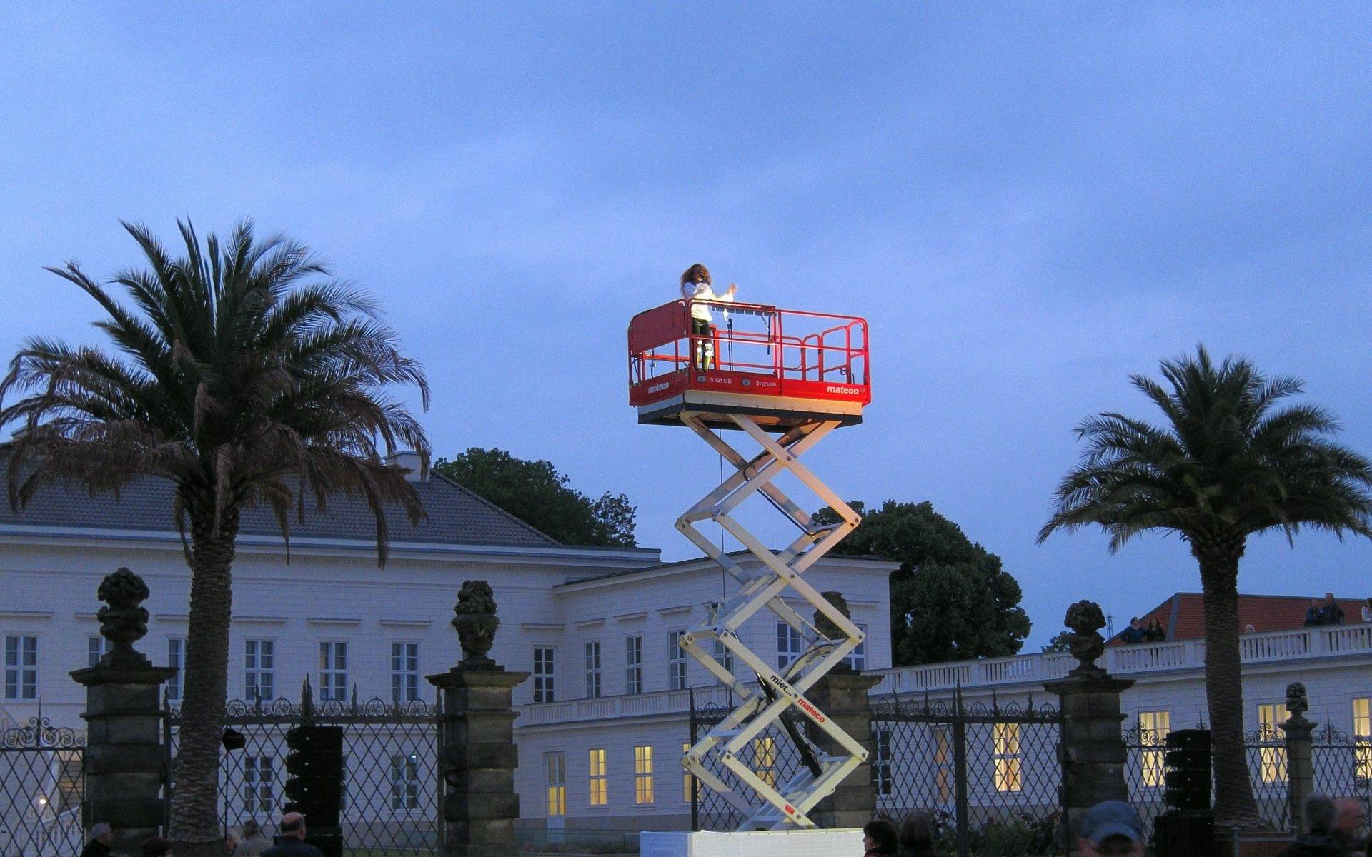 Auftritt von Diana Babalola vor dem Schloss Herrenhausen