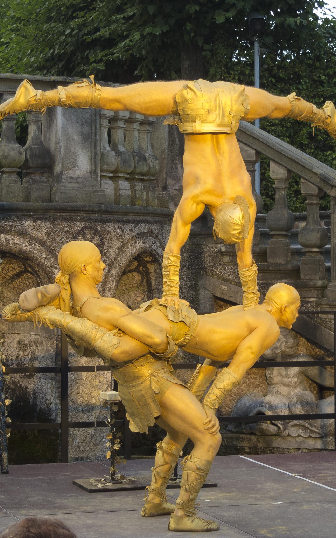 La Metta: Adagio Akrobatik goldener Statuen