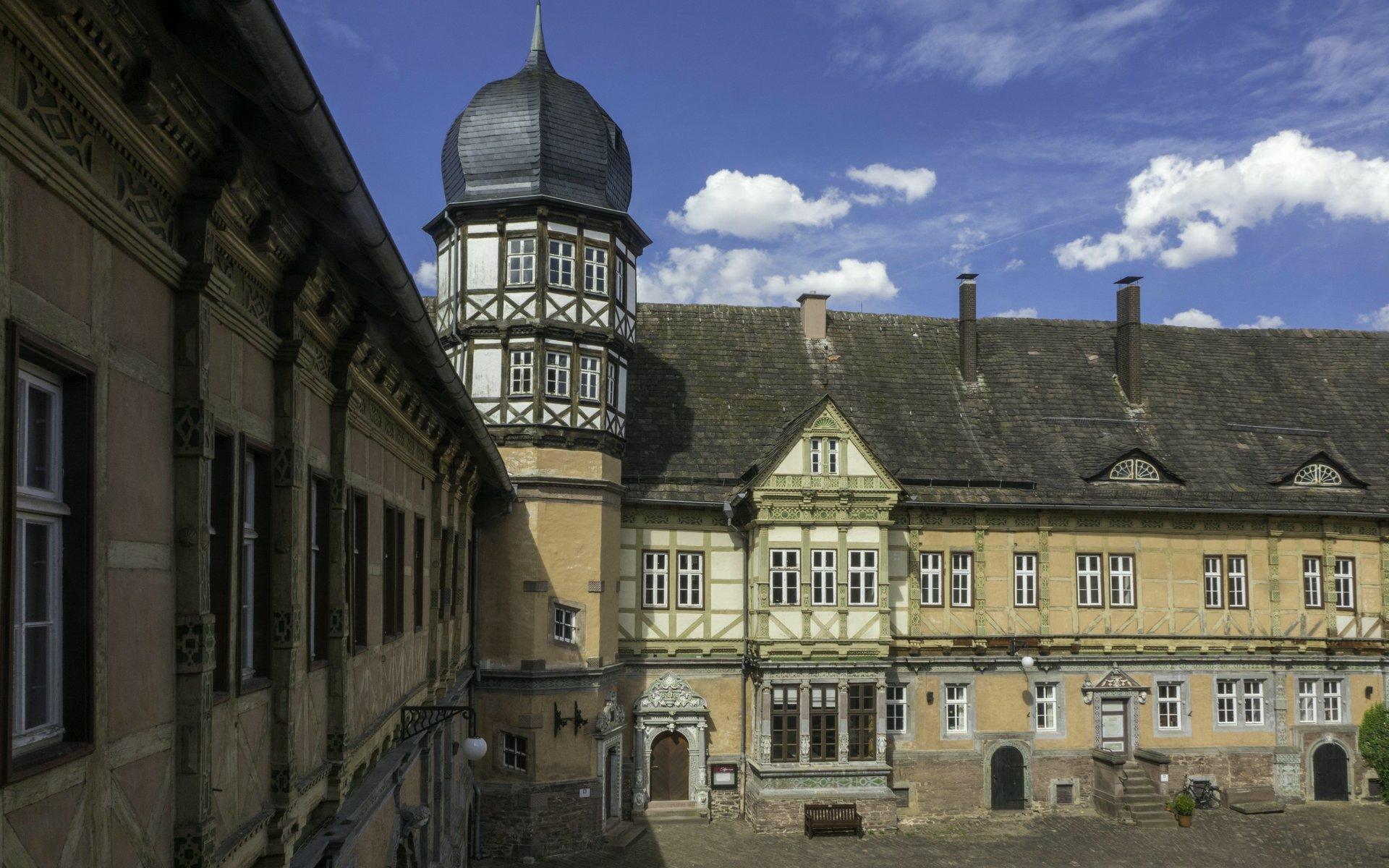 Innenhof und Nordwestturm von Schloss Bevern