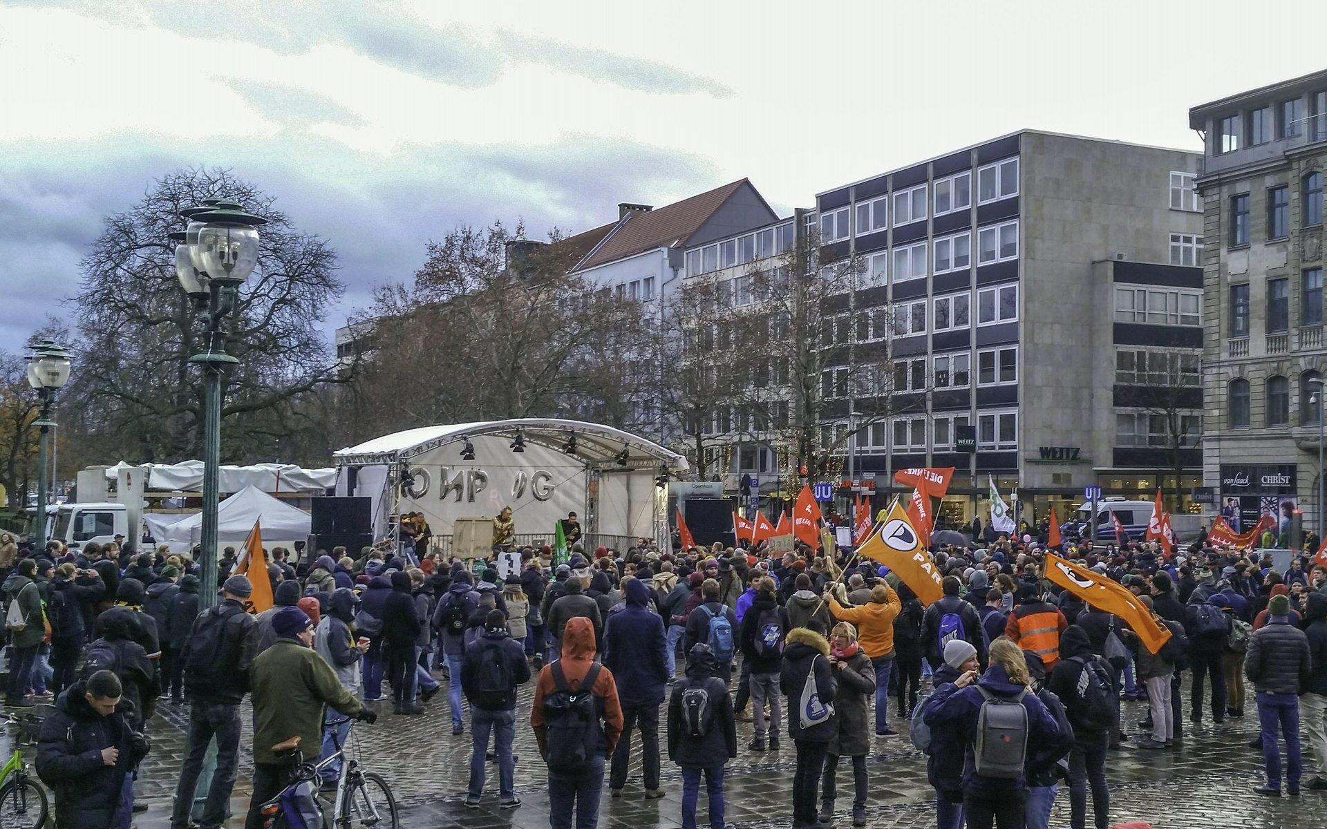 Abschlusskundgebung mit Musik auf dem Opernplatz