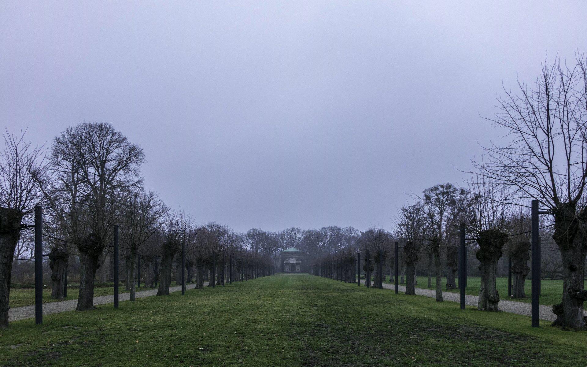 Allee und Welfenmausoleum im Berggarten