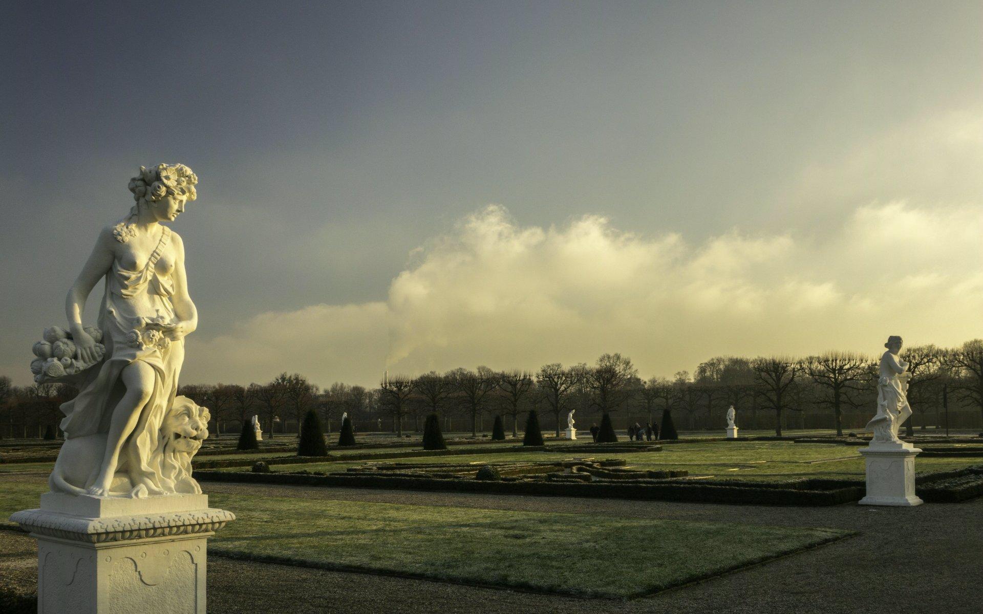 Kybele als Allegorie der Erde und Vesta als Allegorie des Feuers im Parterre des Großen Gartens