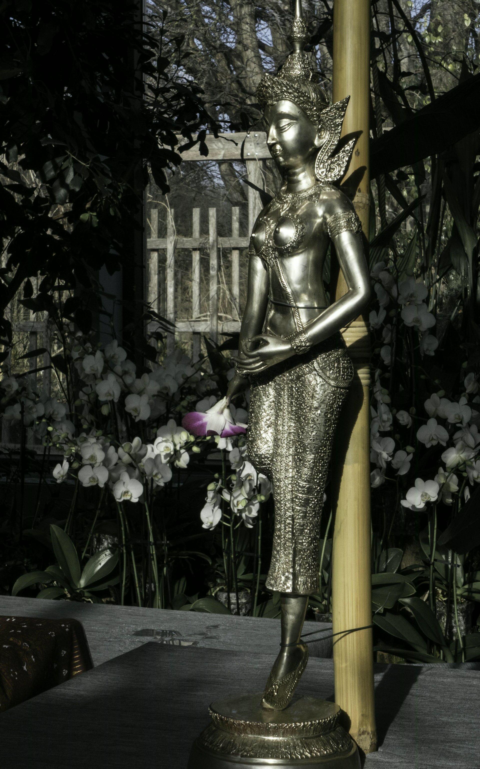 Asiatische Statue im Orchideenhaus im Berggarten