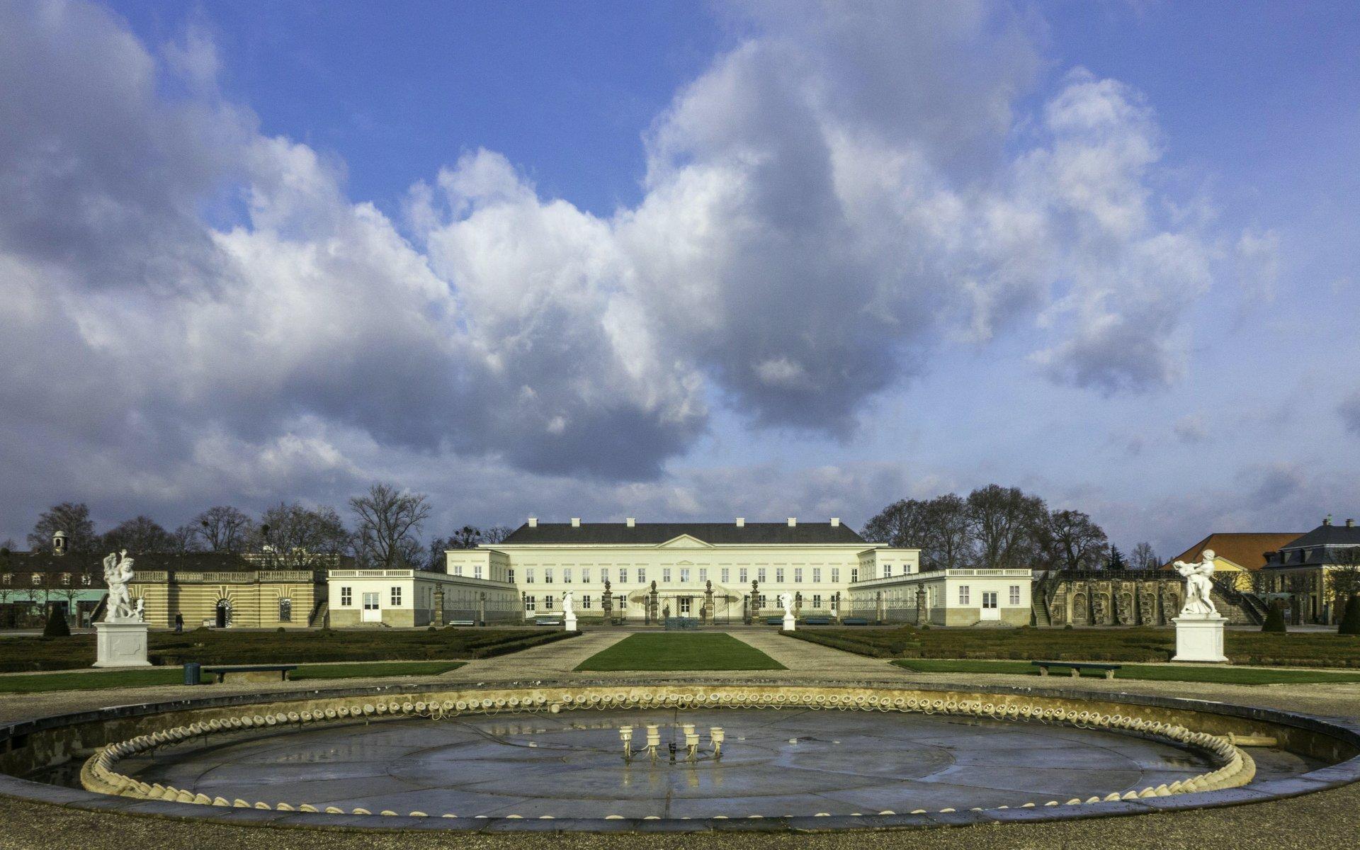 Glockenfontaine im Parterre und Schloss im Großen Garten