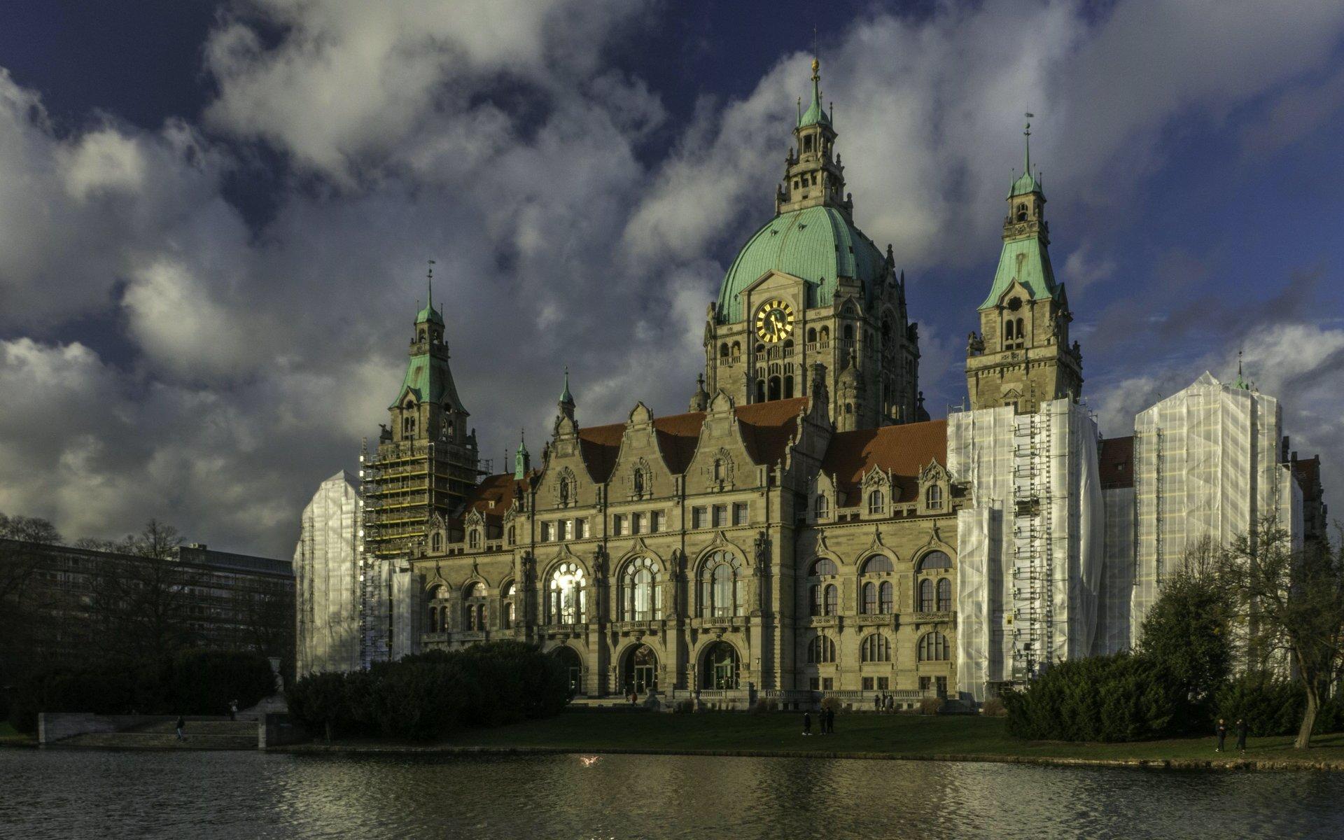 Neues Rathaus vom Rouen-Weg im Maschpark