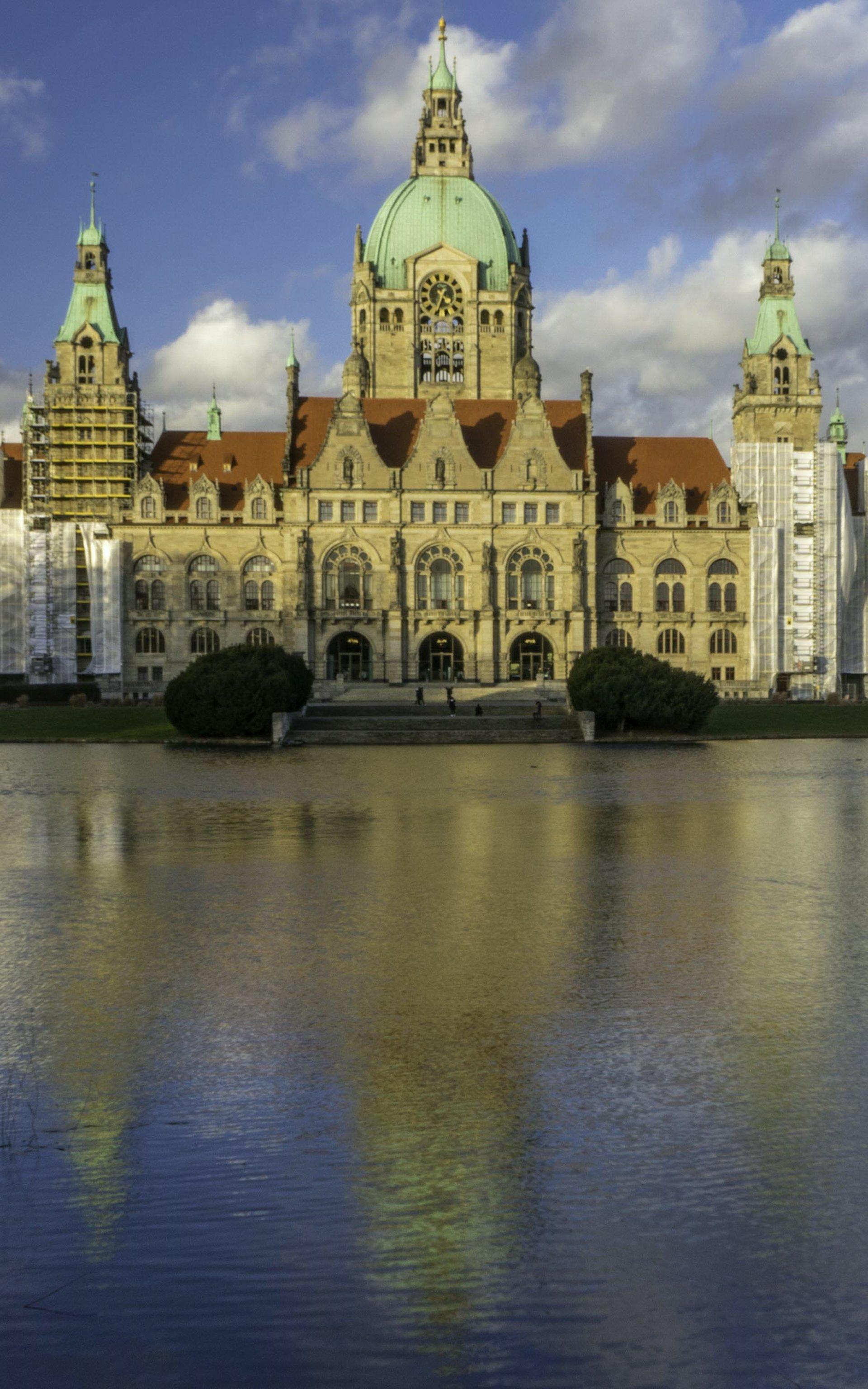 Neues Rathaus vom Schottischen Kreuz im Maschpark