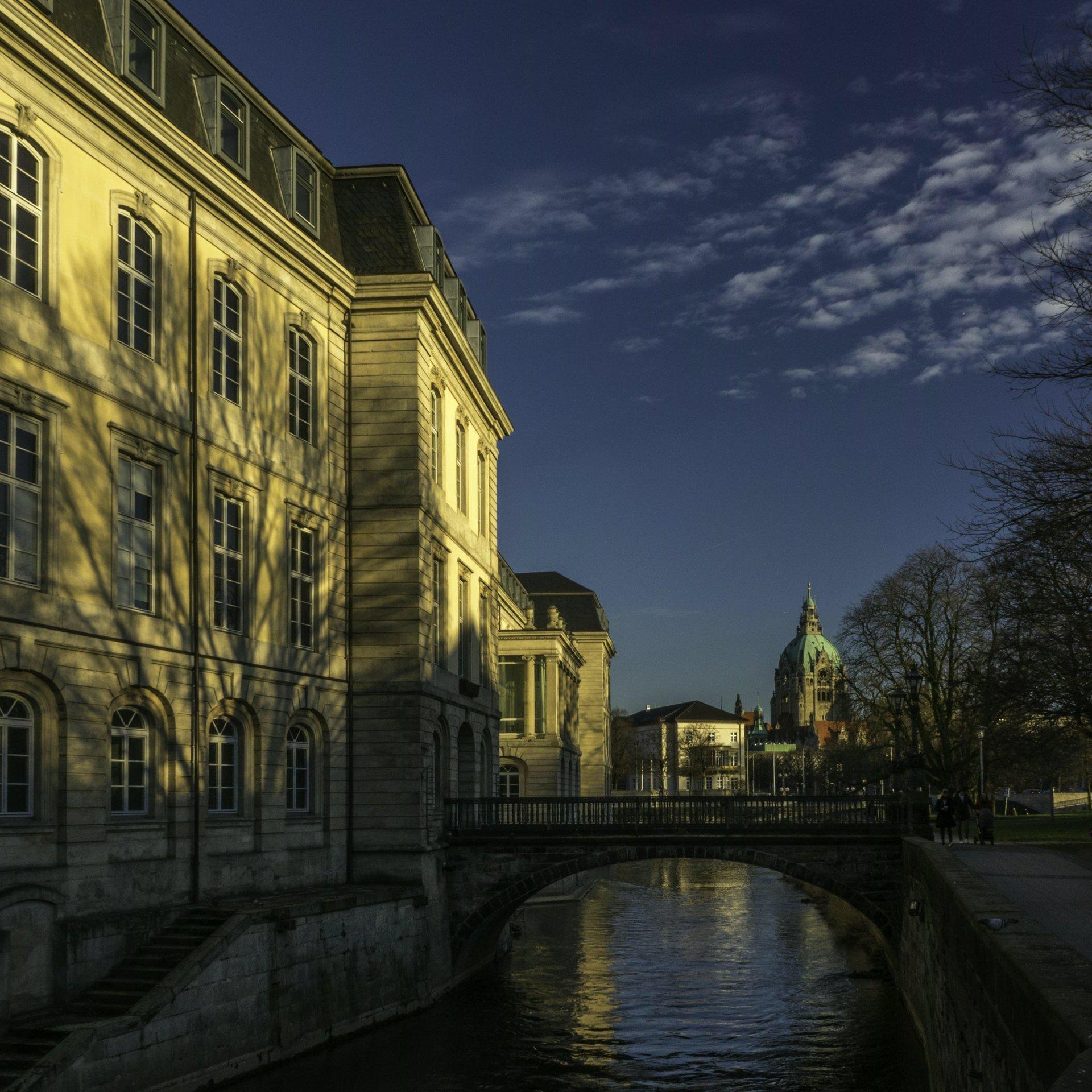 Leine und Niedersächsischer Landtag an der Mike-Gehrke-Promenade