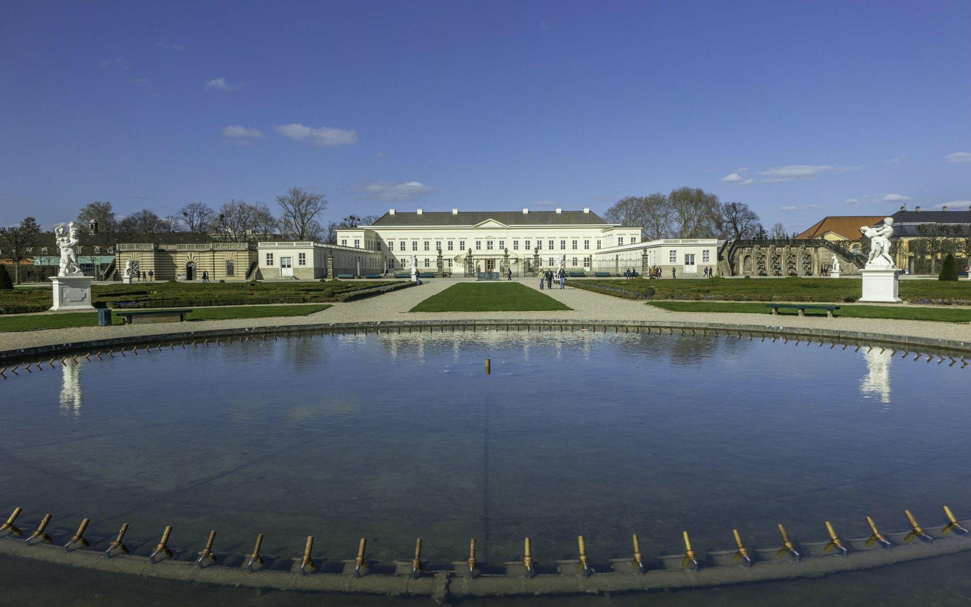 Glockenfontaine und Schloss im Großen Garten