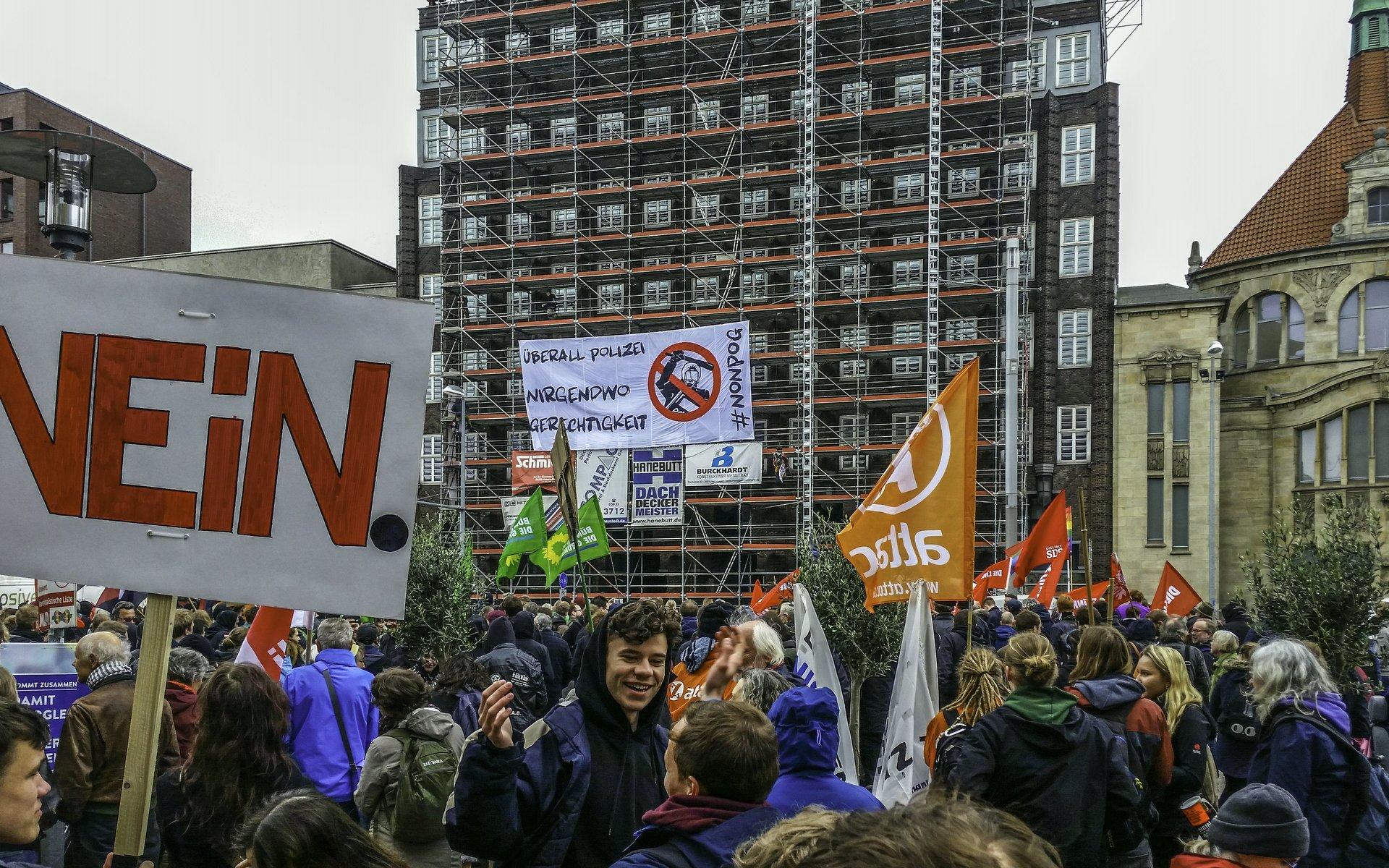 Kletterer bringen ein Banner ans Anzeigerhochhaus am Demostart an der Goseriede an