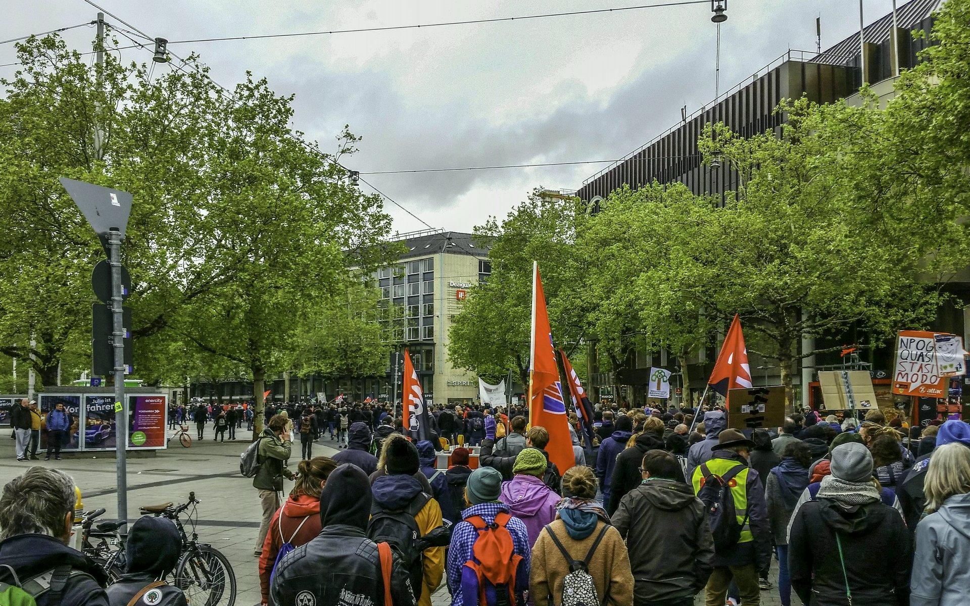 Demozug am Ernst-August-Platz vor dem Bahnhof