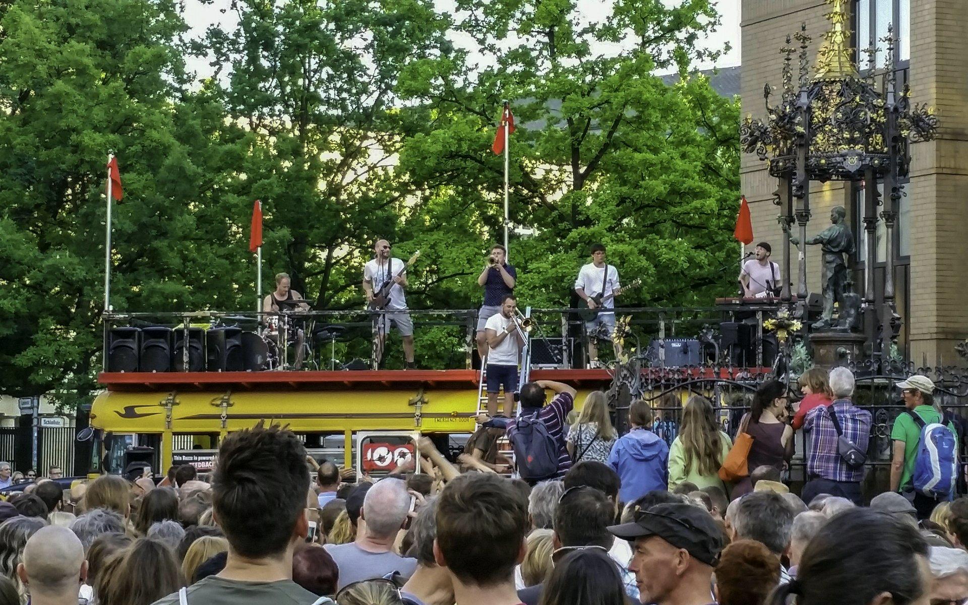Skapunk-Band Bazzookas auf ihrem gelben Schulbus am Holzmarkt