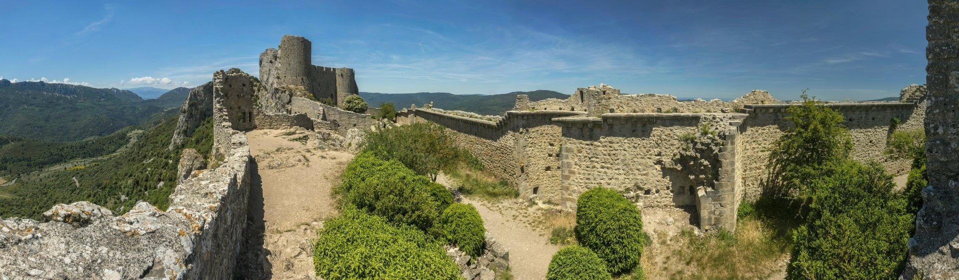 Panorama der ersten Ringmauer und Blick auf den Donjon der unteren Burg vom Château de Peyrepertuse
