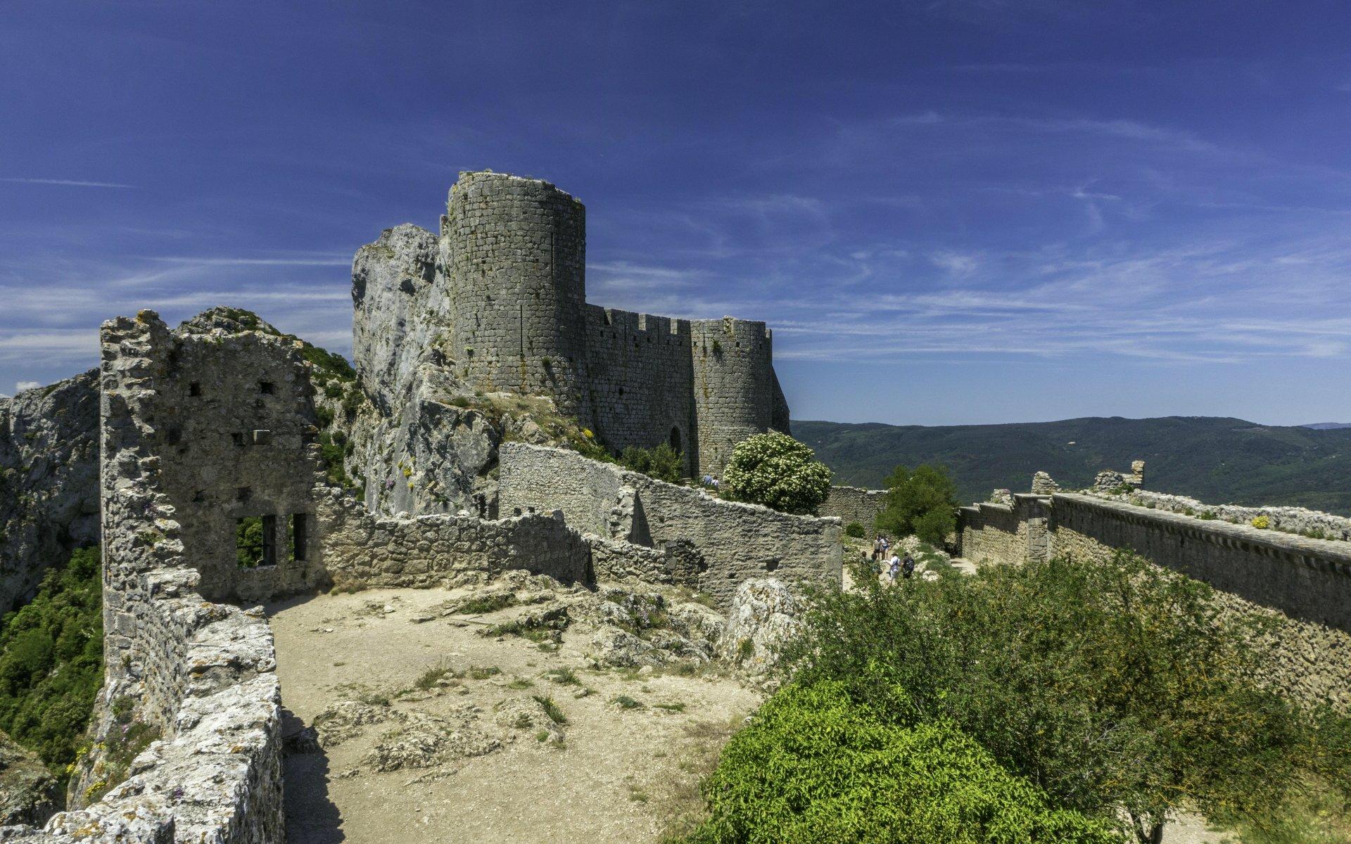 Blick auf den Donjon der unteren Burg vom Château de Peyrepertuse