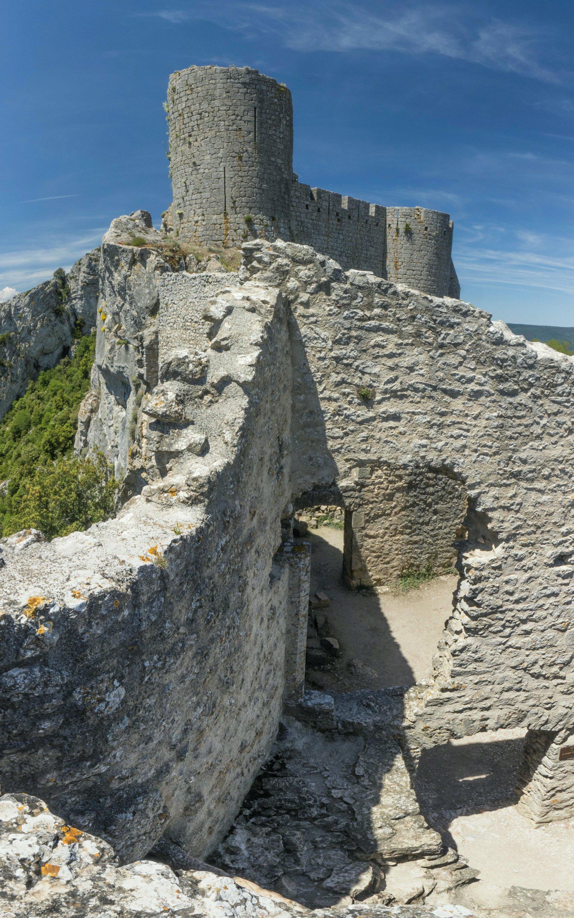 Unterkunftsquartier der ersten Ringmauer vom Château de Peyrepertuse
