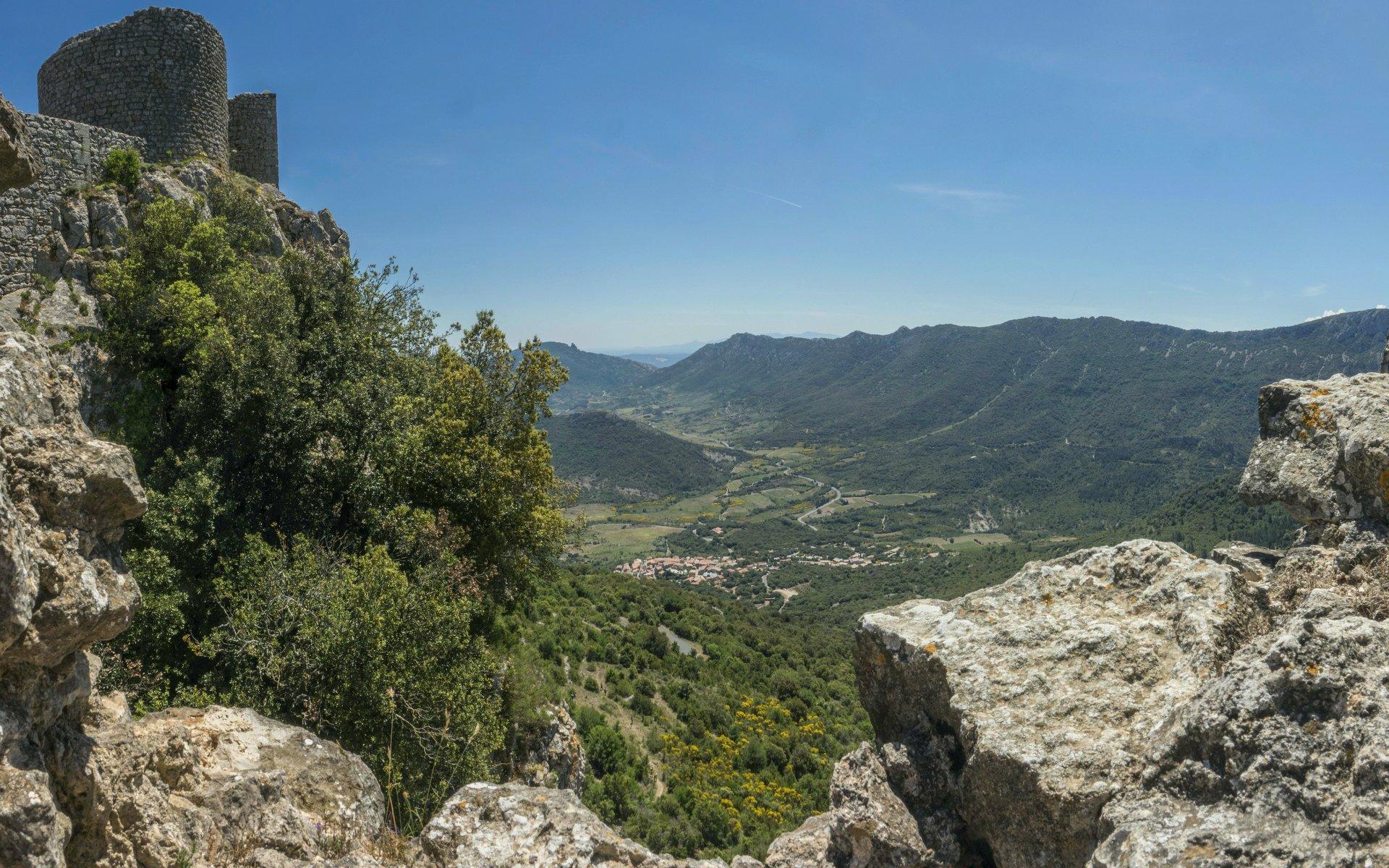 Blick von der mittleren Ringmauer vom Château de Peyrepertuse auf Duilhac-sous-Peyrepertuse