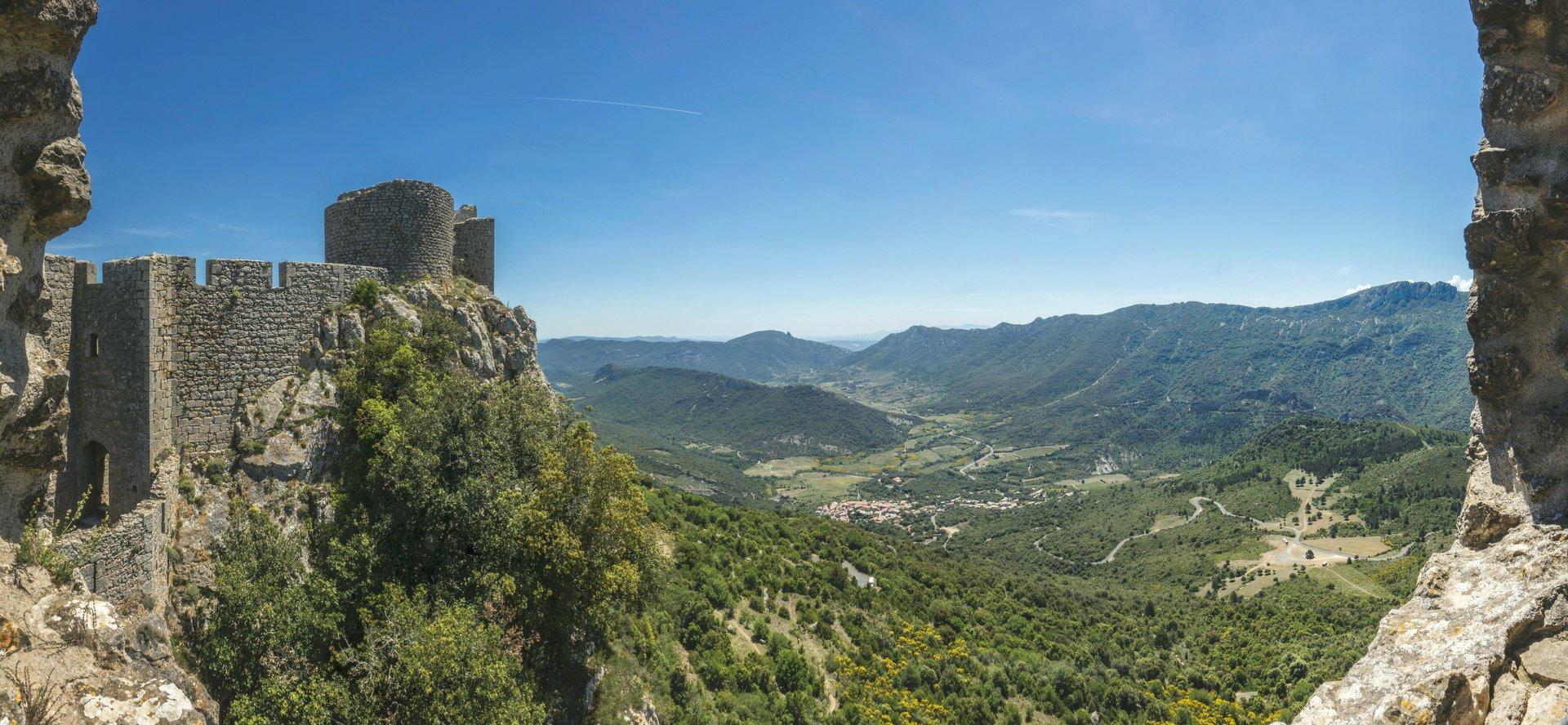 Panoramablick von der mittleren Ringmauer vom Château de Peyrepertuse