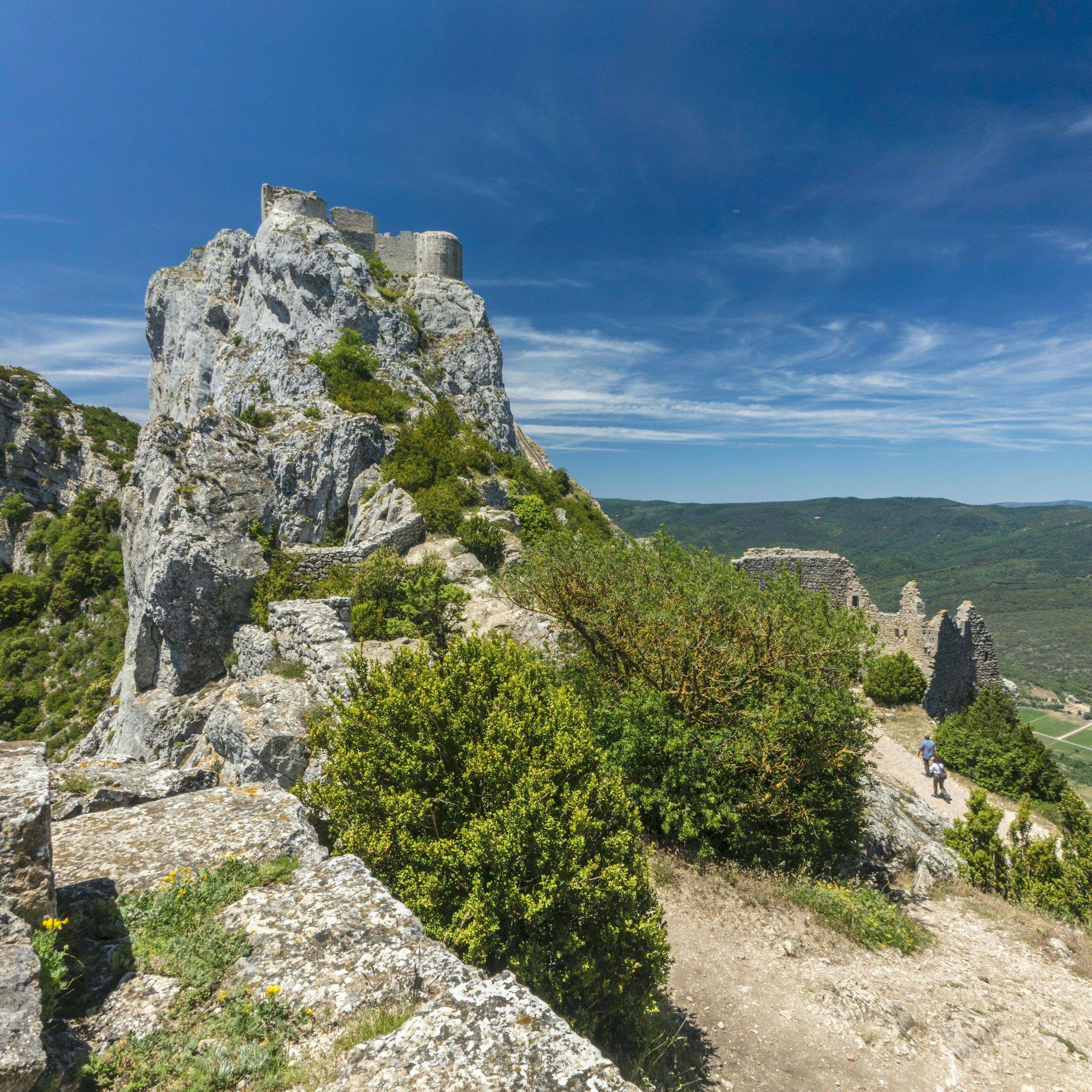 Blick auf die obere Burg von der mittleren Ringmauer vom Château de Peyrepertuse