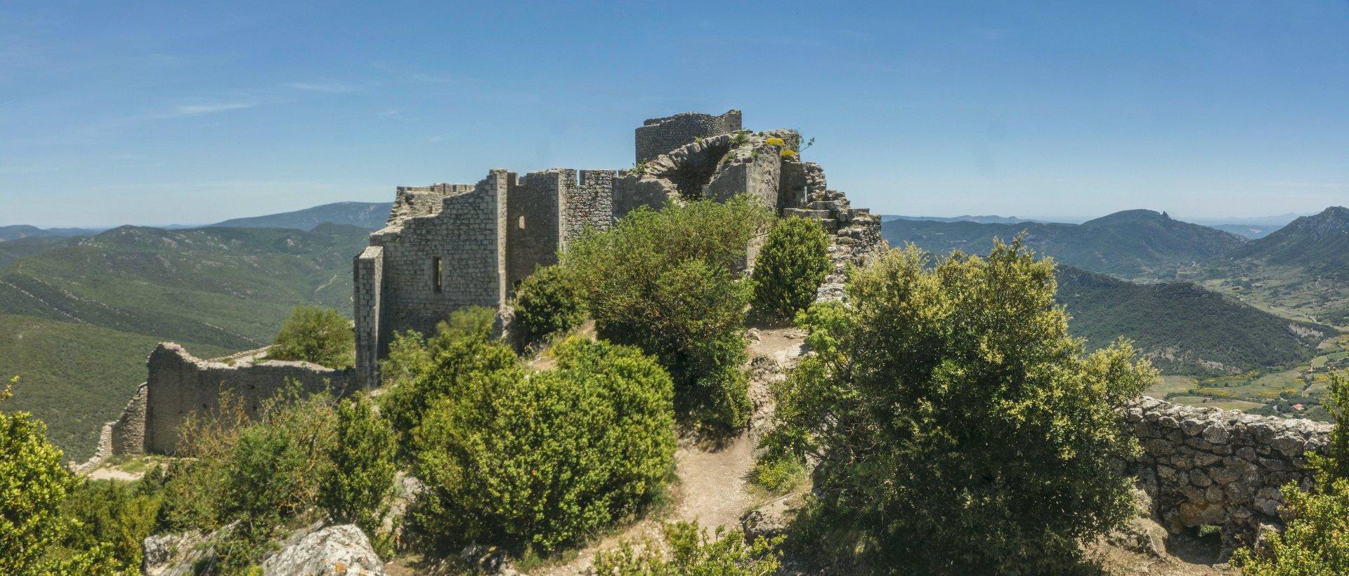 Blick auf die untere Burg von der mittleren Ringmauer vom Château de Peyrepertuse