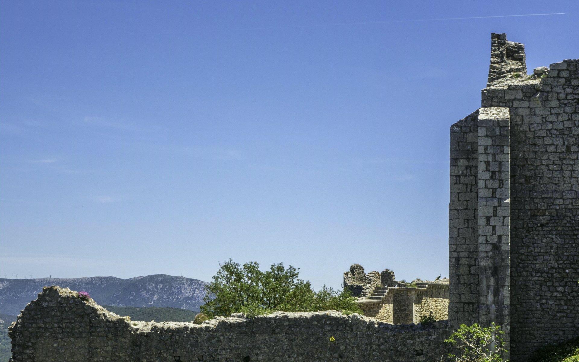 Untere Burg und erste Ringmauer vom Château de Peyrepertuse