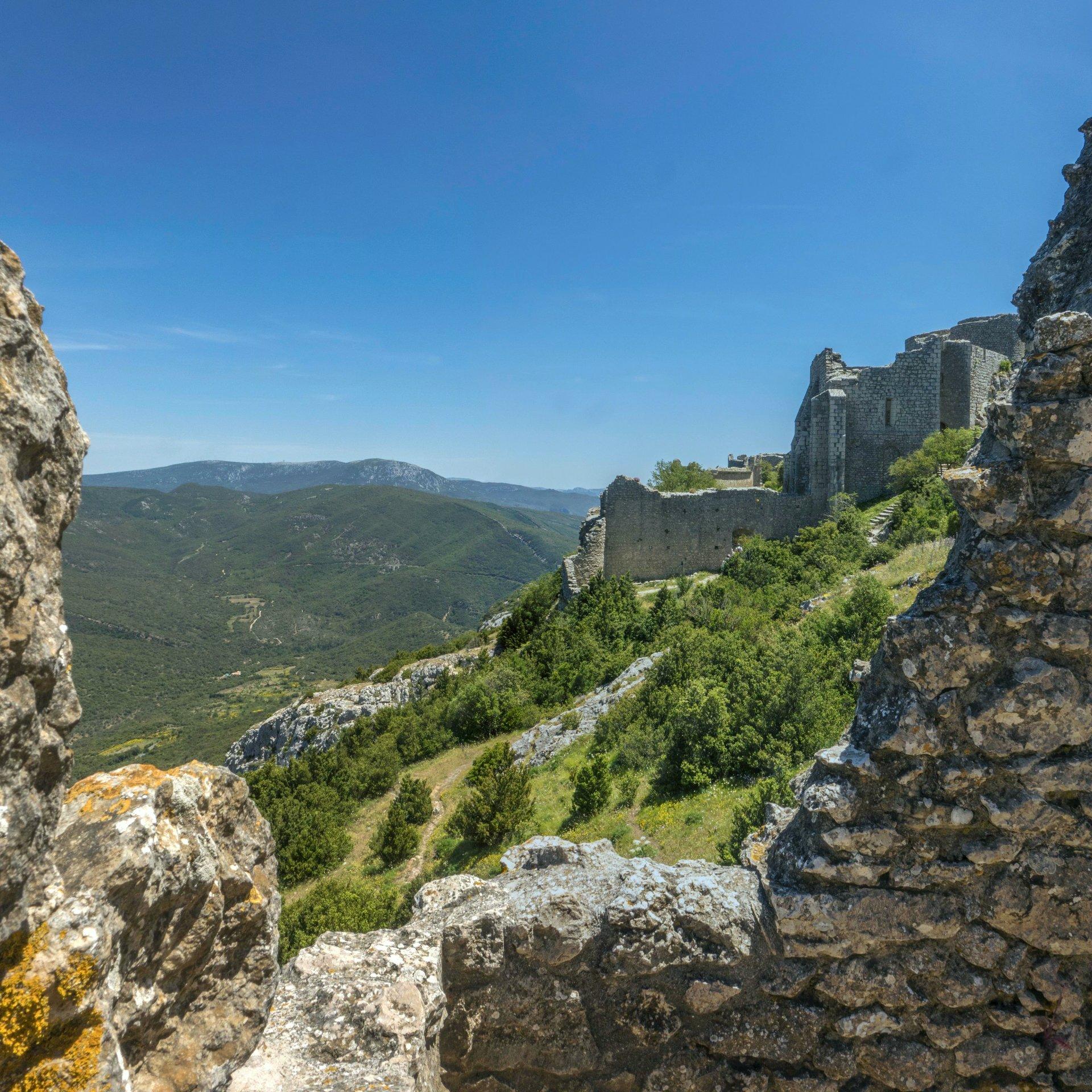 Blick auf die untere Burg vom Château de Peyrepertuse