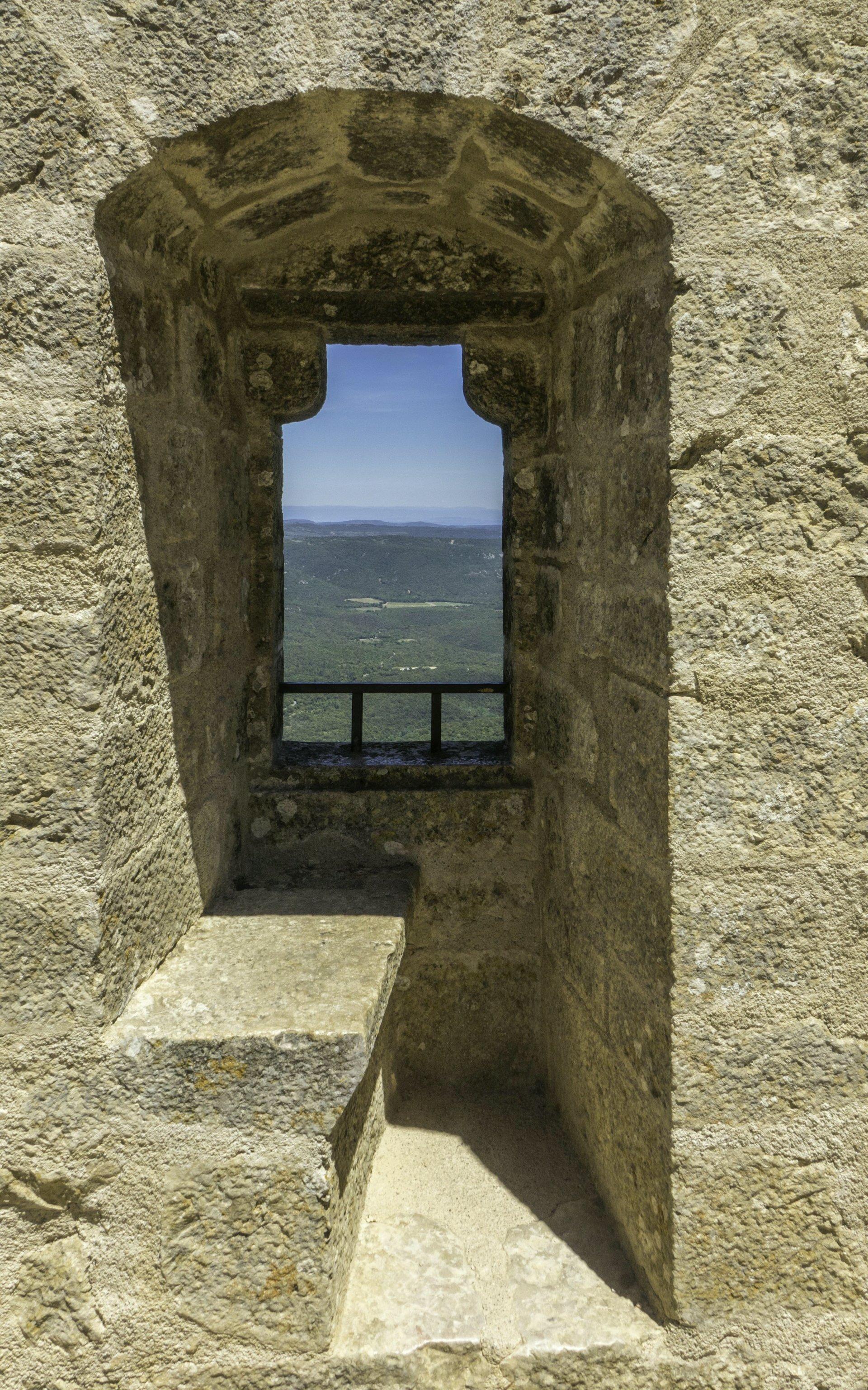 Fensternische in der oberen Burg vom Château de Peyrepertuse