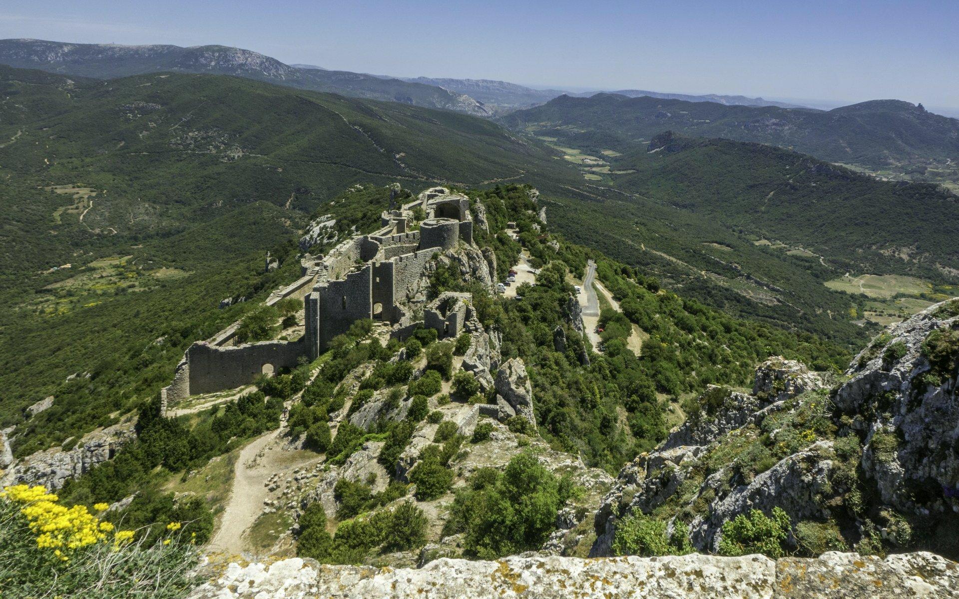 Blick auf mittlere Ringmauer und untere Burg vom Château de Peyrepertuse