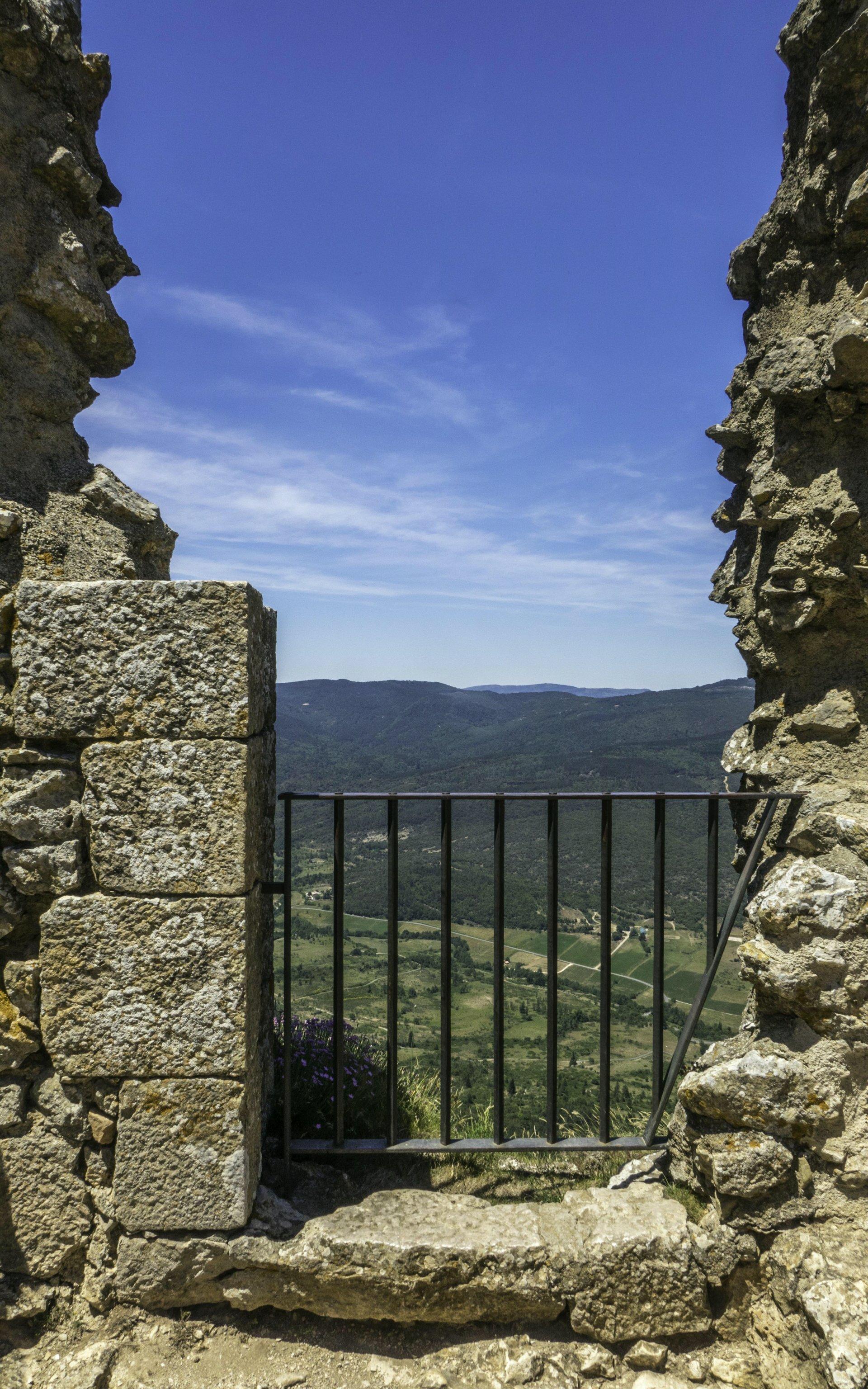 Blick von dere oberen Burg vom Château de Peyrepertuse nach Westen