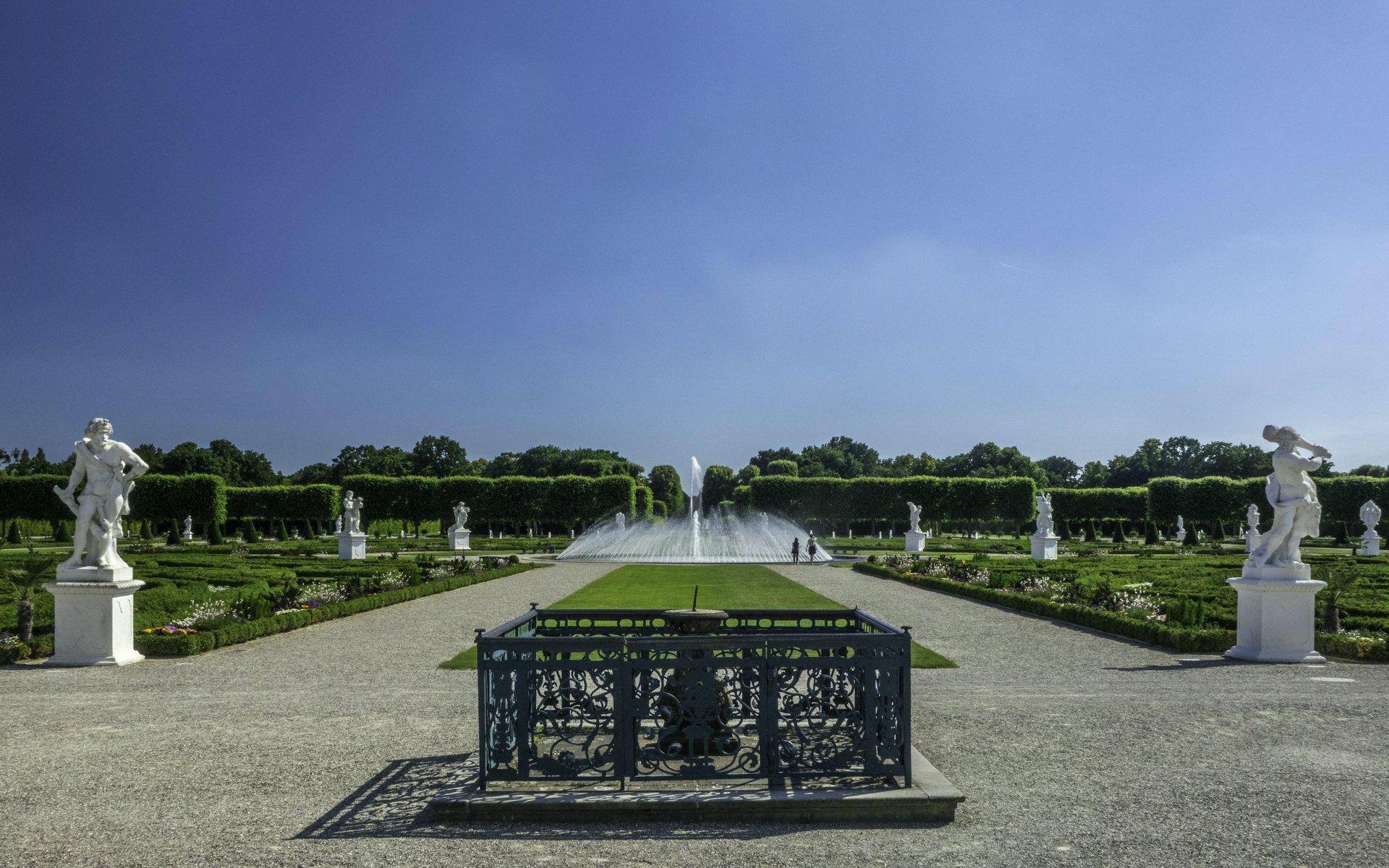 Sonnenuhr und Parterre im Großen Garten