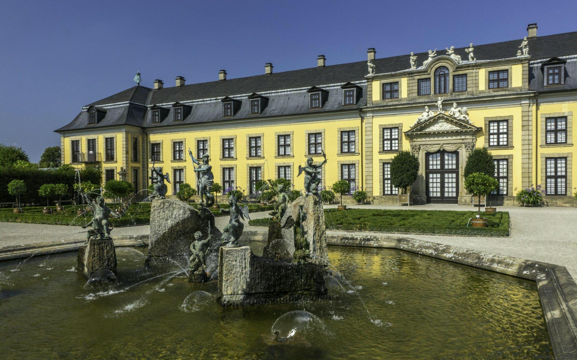 Neptunbrunnen im Orangenparterre und Galerie im Großen Garten