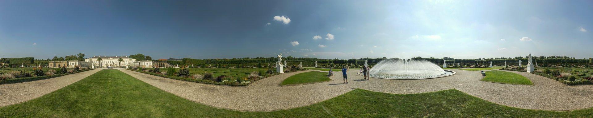 360° Panorama des Parterres zwischen Schloss und Glockenfontaine im Großen Garten