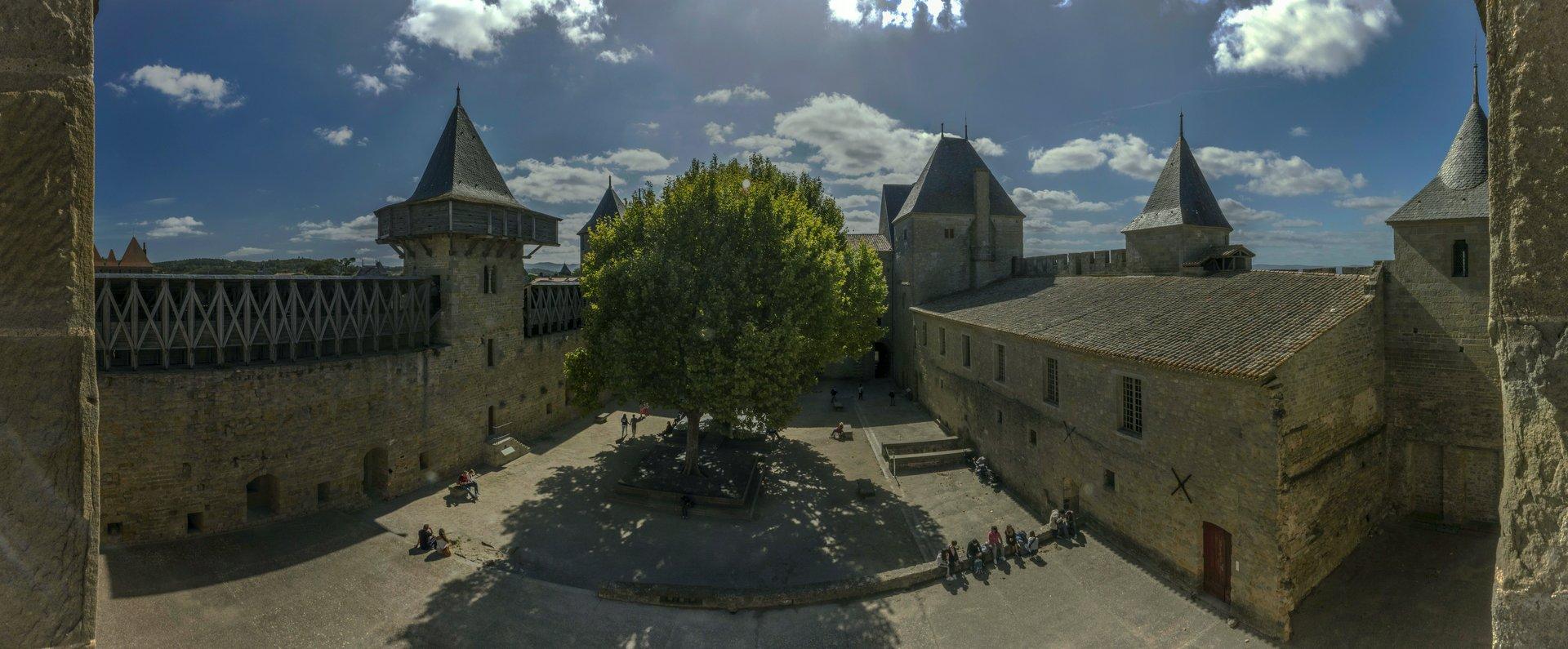 Größerer Innenhof des Château Comtal in der Cité Carcassonne