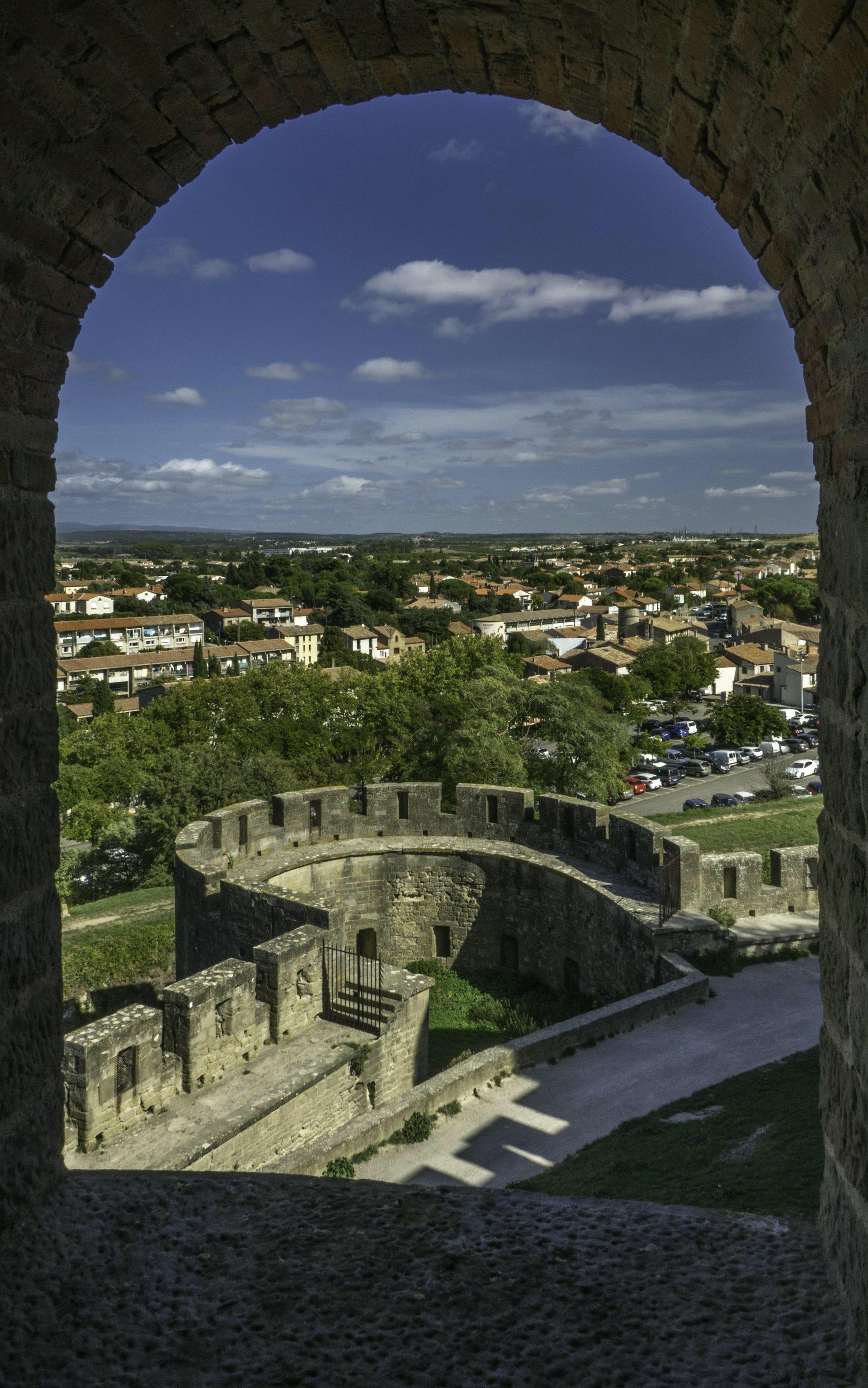 Blick aus dem Tour de Samson auf die Barbacane Notre-Dame der Cité Carcassonne