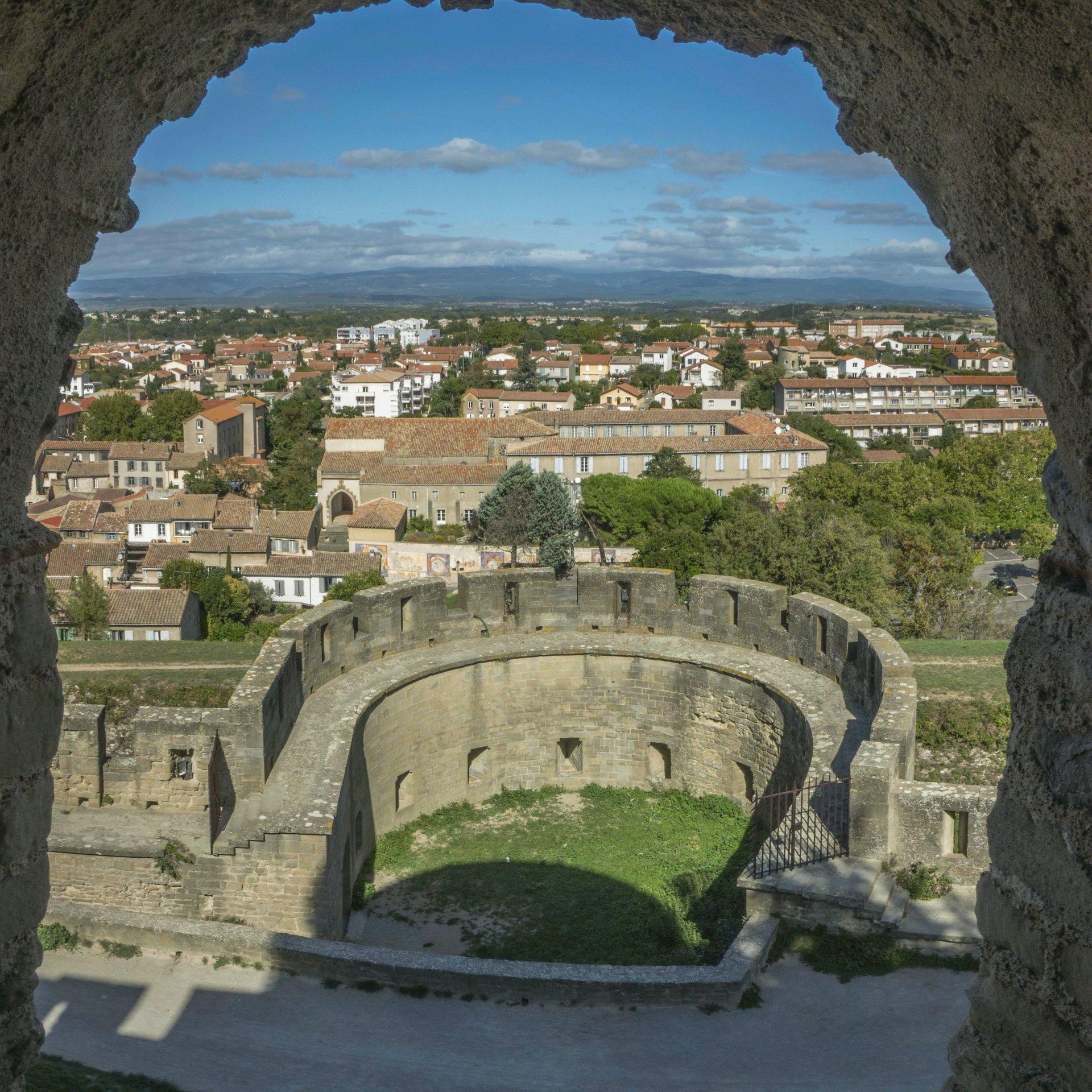 Blick auf die Barbacane Notre-Dame der Cité Carcassonne
