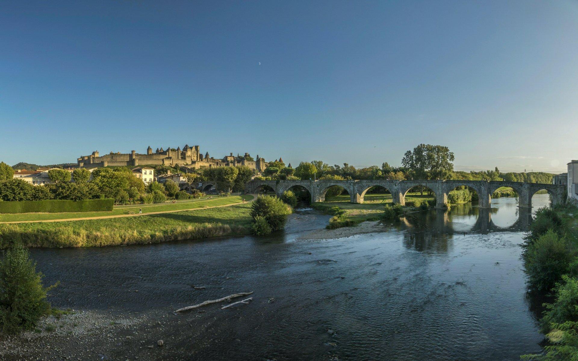 Blick auf die Cité Carcassonne, die Pont Vieux und den Aude von der Pont Neuf in Carcassonne