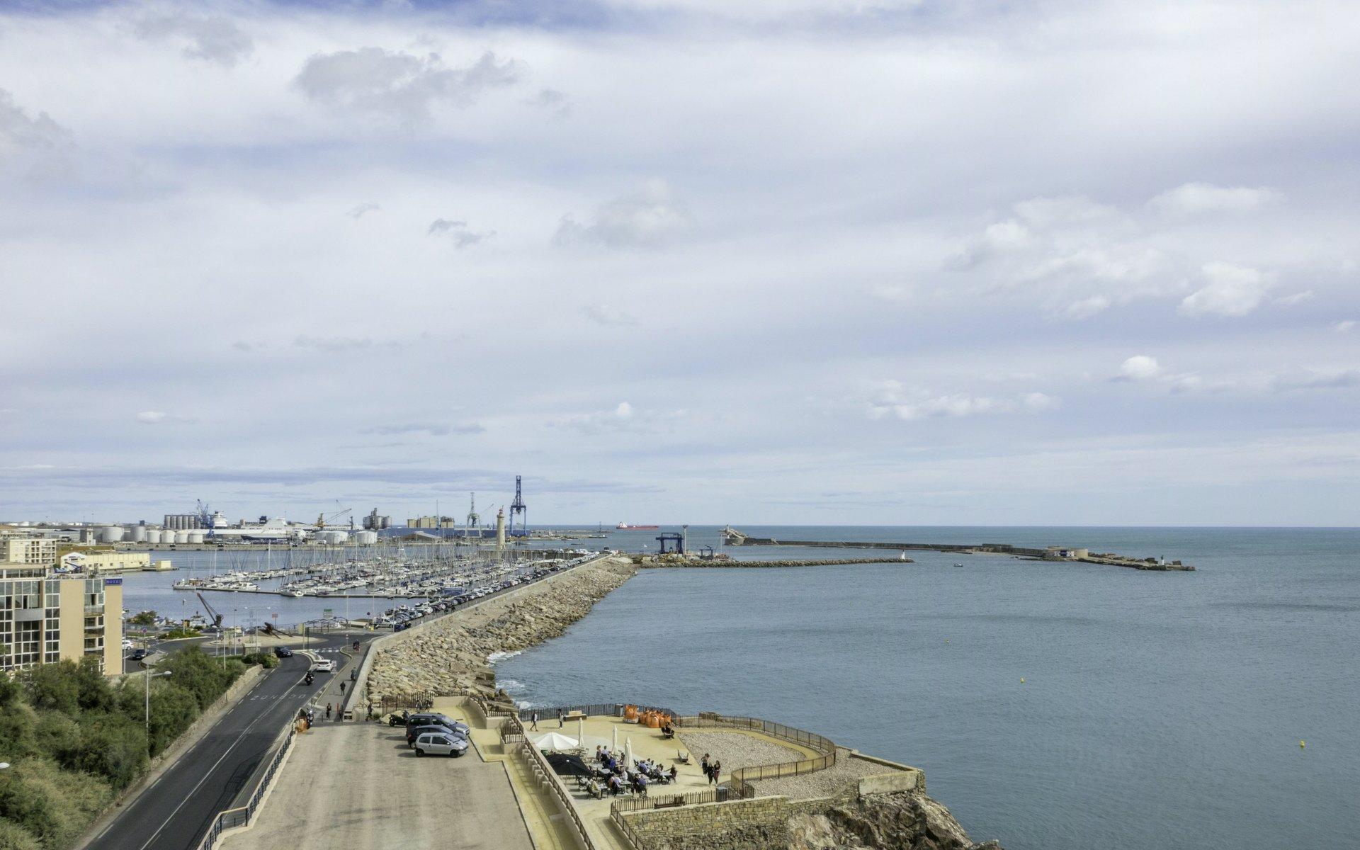 Blick auf den Hafen vom Théâtre de la Mer in Sète