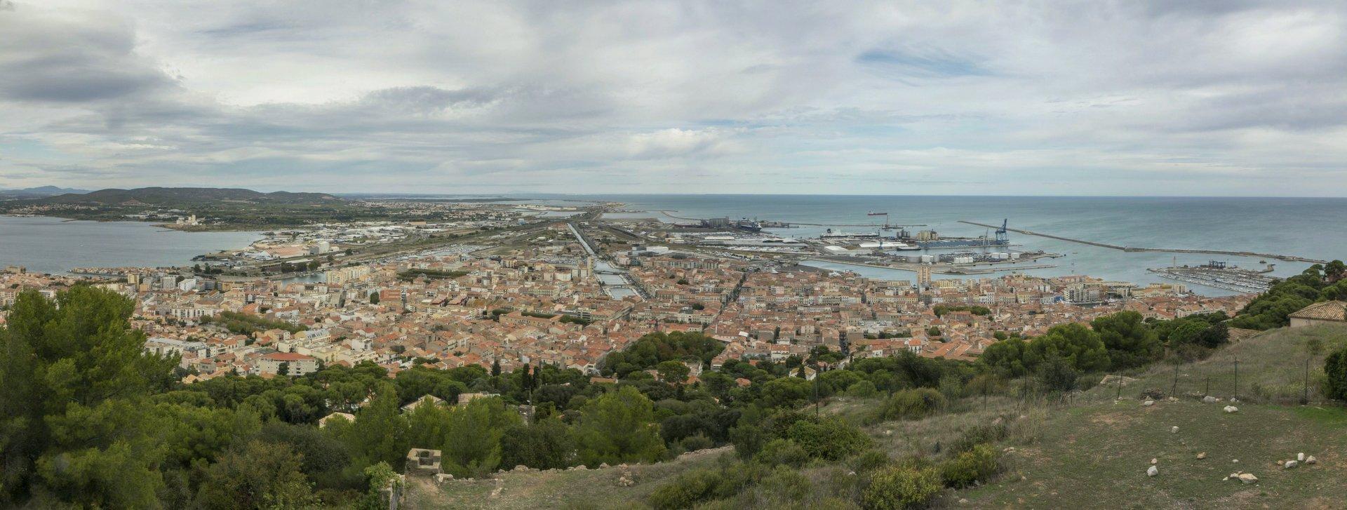 Blick auf den Hafen von der Aussichtsplattform Saint-Claire in Sète