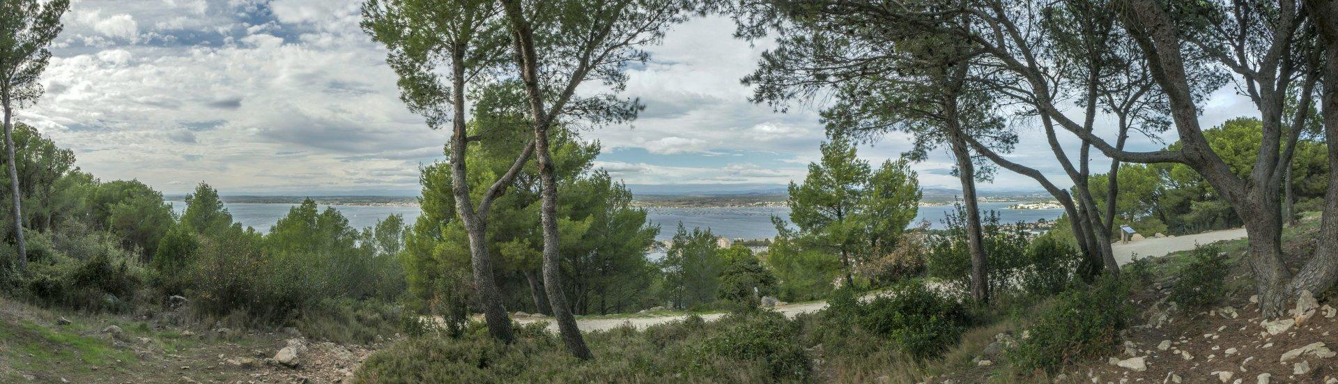 Blick nach Norden auf den Ètang de Thau von der Allée Pierre Barthas auf dem Sainte-Claire in Sète