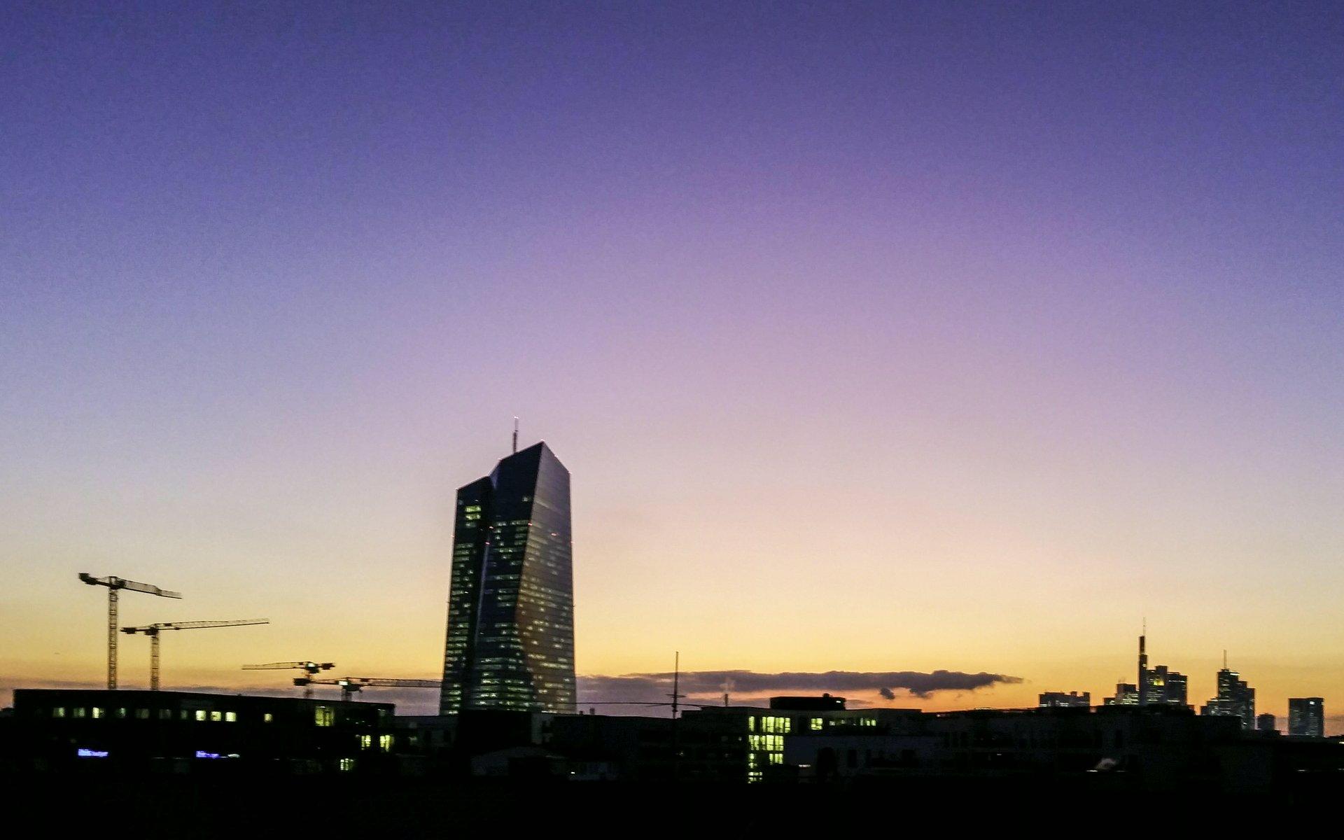 EZB nach Sonnenuntergang