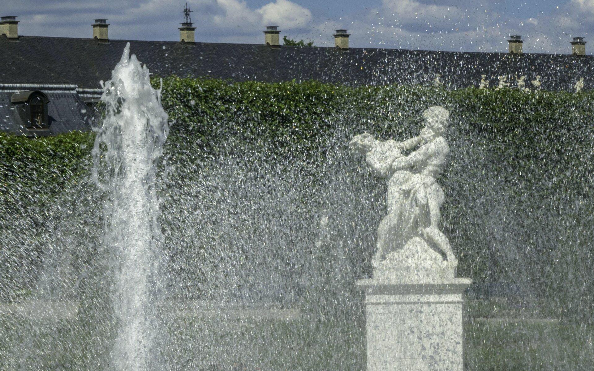 Pluto und Proserpina hinter der Glockenfontaine im Parterre des Großen Gartens